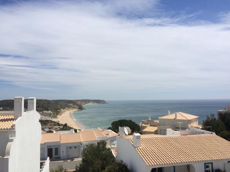 Spacious Villa with Sea Views close to the Beach, holiday rental in Salema