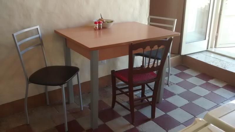 Cute & Cozy three room house sleeps 4. Sweet!, holiday rental in Cianciana
