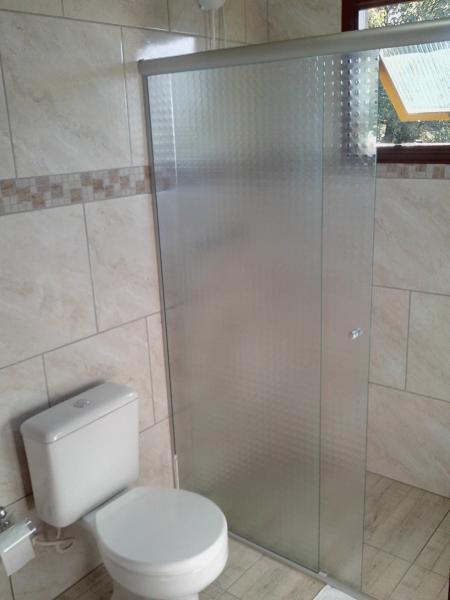 Banheiro completo com ducha eletrônica, ferro de passar e secador de cabelo.