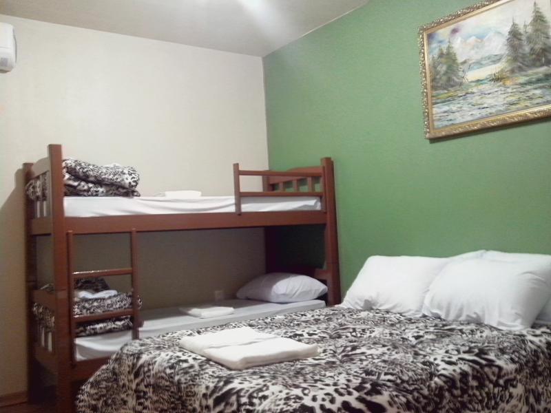 Quarto confortável, cama com colchão de molas, beliche, ar condicionado quente/frio.