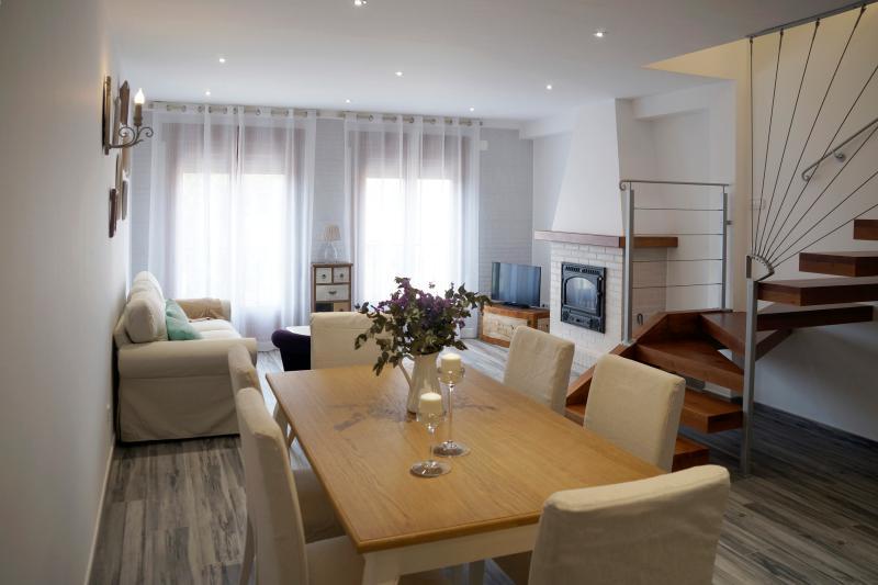 Apartamento PARÍS. Comedor-Sala de estar con chimenea