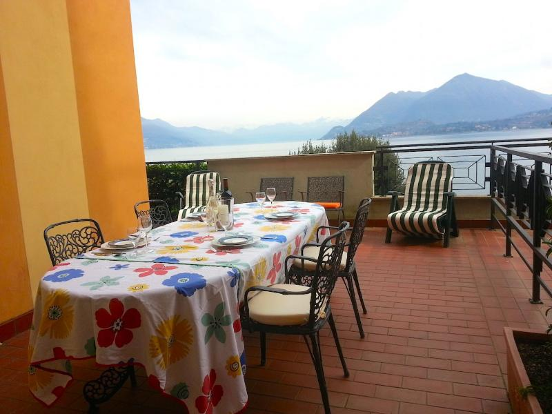 Valeria in a residential complex with lake view and private beach, location de vacances à Isola Pescatori