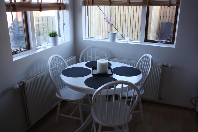 Pálsson Cosy Apartment. W Hot Tub., holiday rental in Capital Region