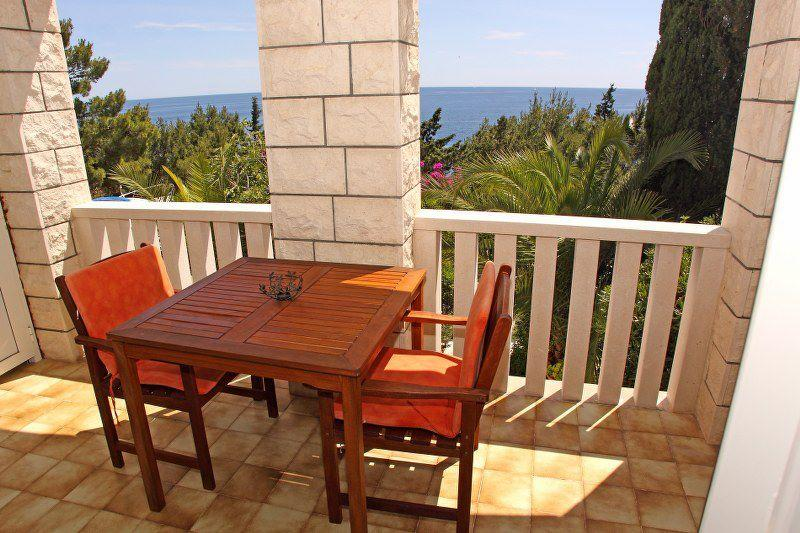 Studio apartment with a partly sea view terrace, ideal for those who want peace and tranquility.