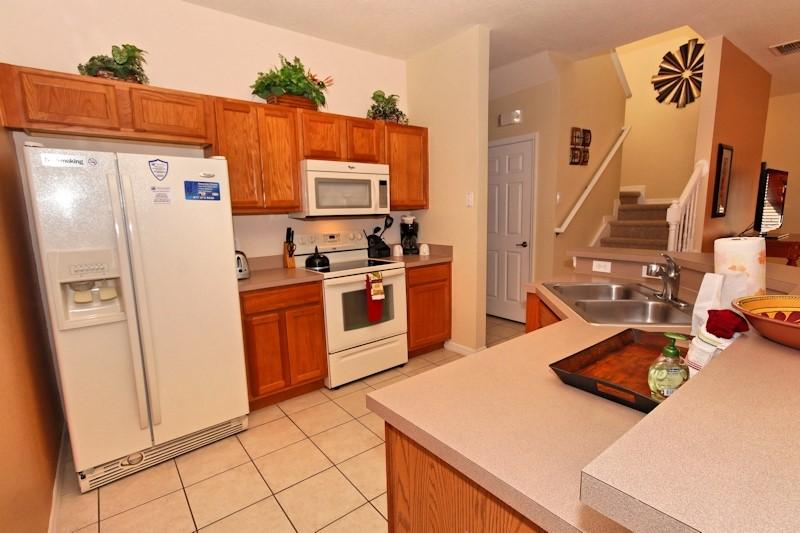 Fuly equipped kitchen. Icemaker and filtered water on fridge, microwave, garburator and more!
