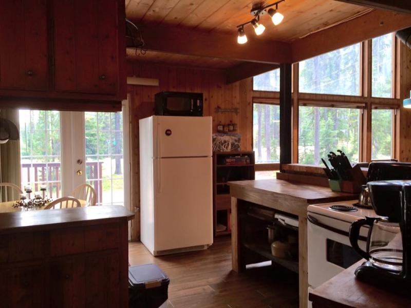 open to main floor of cabin Kitchen fridge, stove, double sink, eat in nook seats 4