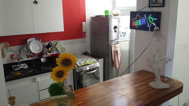 cozinha americana, com armários, todos objetos necessários,  microondas, cafeteira