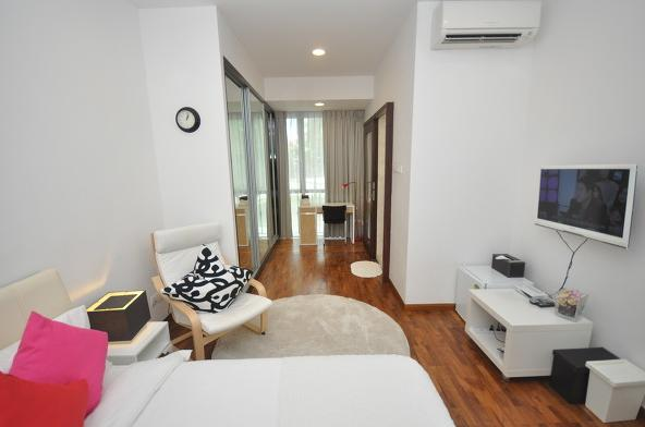 Suites master room w private bathroom near MRT, vacation rental in Jurong