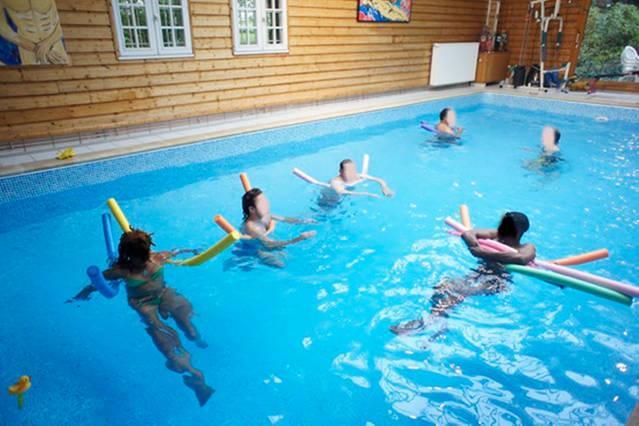 La vaste piscine intérieure de 10 m x5 m  chauffée toute l'année heated indoor Swimming pool