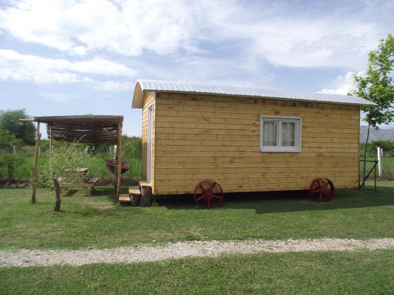 Lake Shkodra Resort Shepherd's Hut, location de vacances à Shkoder County