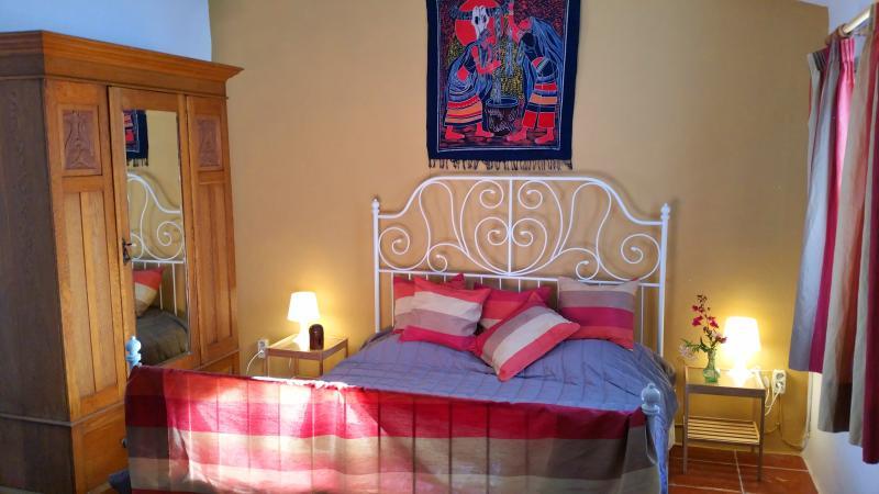 Edificio anexo con cama matrimonio, sillones, estufa de leña y baño completo.