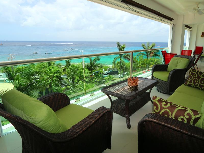 Stunning Ocean View 2 King Bedrooms Deluxe Condo, vacation rental in Cozumel