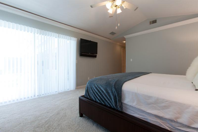 El dormitorio principal tiene un gran paseo en el armario y una cama de matrimonio