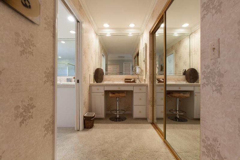 Compensar área exterior Baño principal con walk-in closet vaso de la derecha