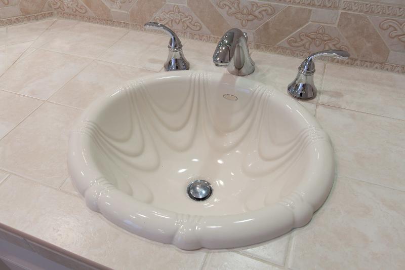 Cuarto de baño principal tiene dos lavabos separados.