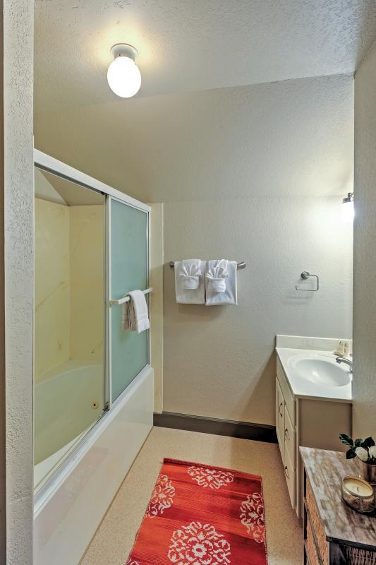 Questo bagno ha tutto il necessario per placare le vostre esigenze balneari.