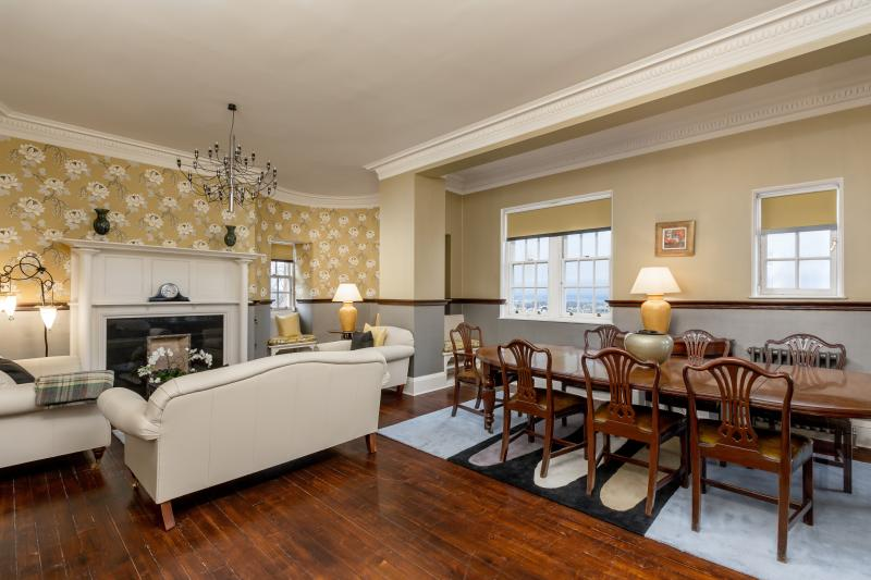 Drawing room/dining area