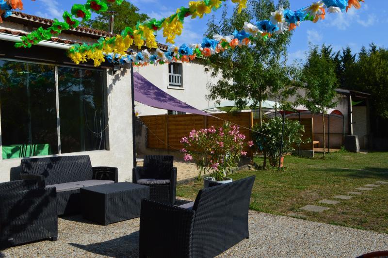 Accès du jardin du jardin du gîte vers la terrasse du camping Le Petit Lion des Tourbières  Vendoire