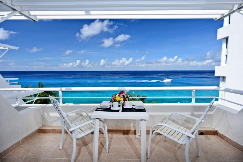 Miramar #404, Beautiful Oceanfront 2  bdrm condo, North Shore, Great Snorkeling!, vacation rental in Cozumel