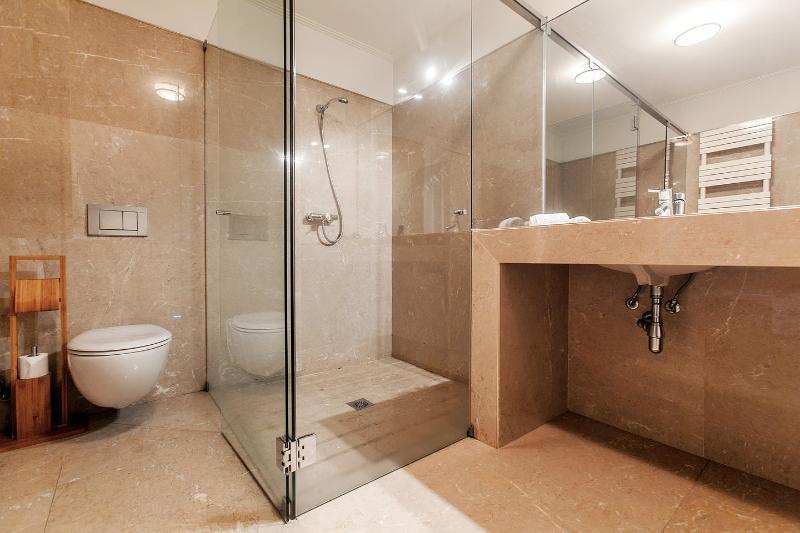Queen Bedroom Bathroom