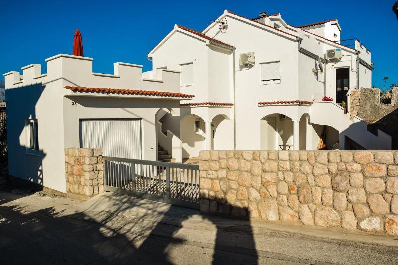 Small peaceful place - apartment 60m from sea, alquiler vacacional en Razanac