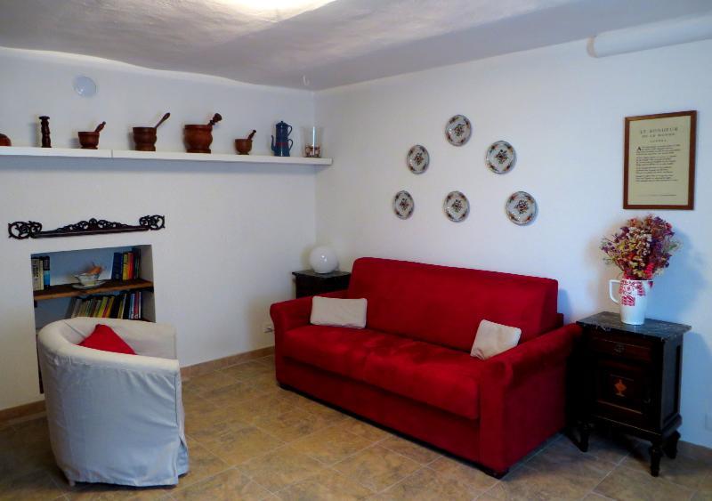 L'ampio soggiorno con divano letto