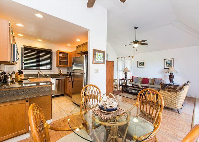 Cocina con vista al mar, comedor, salas de estar.