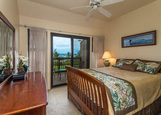 Oceanfront Master Suite, Queen bed and lanai