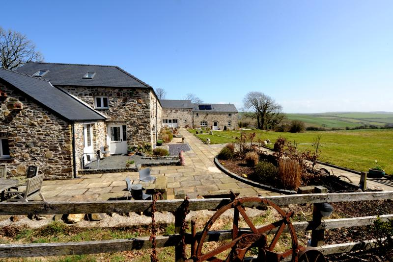 The Grain Store - luxury 3 bedroom eco barn, holiday rental in Penycwm