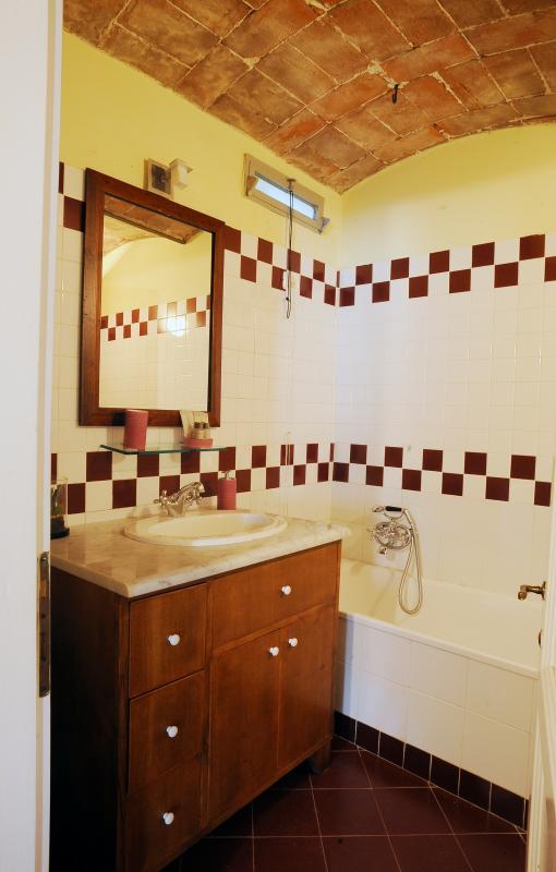 Bagno con vasca - a disposizione phon - spugne doccia, viso, bidet, doccia-schiuma, sapone e cuffia