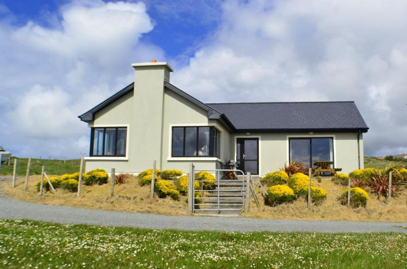 Cottage 103 - Claddaghduff - Beach Side Property Claddaghduff Clifden, vacation rental in Clifden