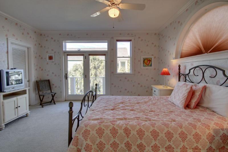 Comfy Guest Queen Bedroom (5)
