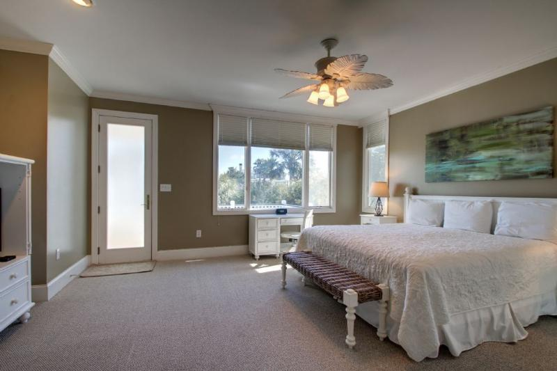 Master Bedroom With King Bed And Deck Access!