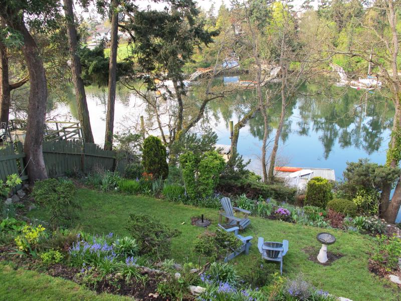 Private garden with views of the Gorge waterway.