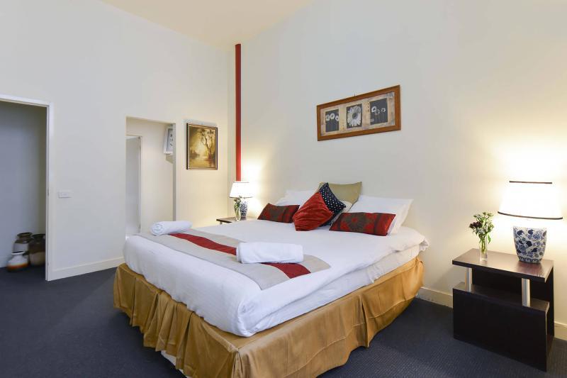 Slaapkamer 1 met een queen bed configuratie.