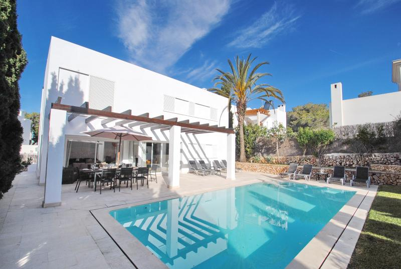 Modern villa with pool close to Cala d´Or centre and beach, location de vacances à Cala d'Or