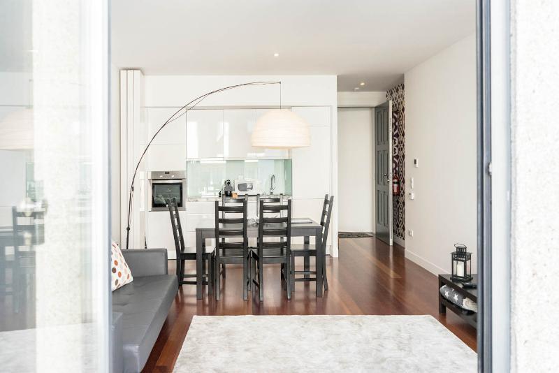 Sala de estar e de jantar. Pode transformar em sala de reunião correndo as portas da cozinha.