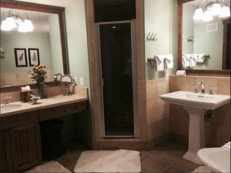 in suite master bath w/ 2 sinks and walkin shower & tub