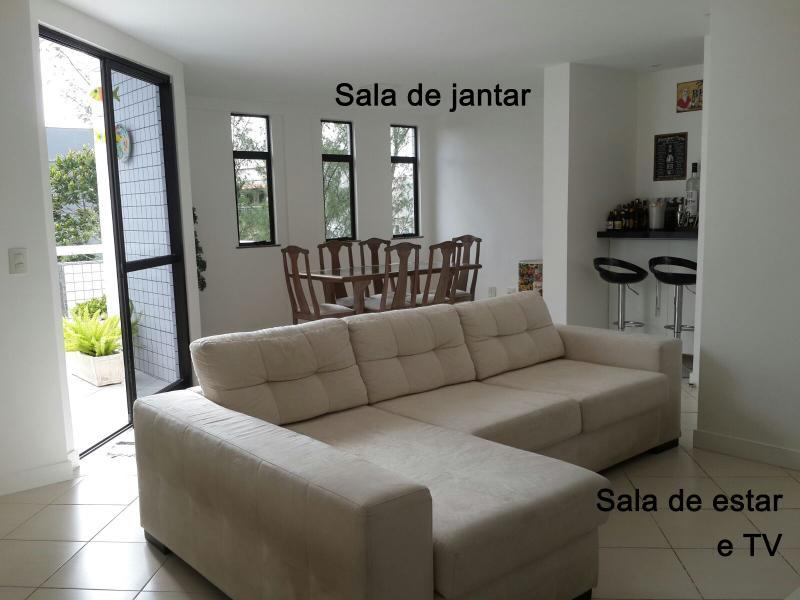 Ampla sala de estar/jantar, arejada e com vista para o verde