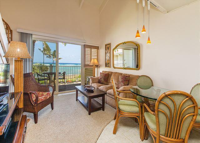 Sala de estar y comedor con vista al mar