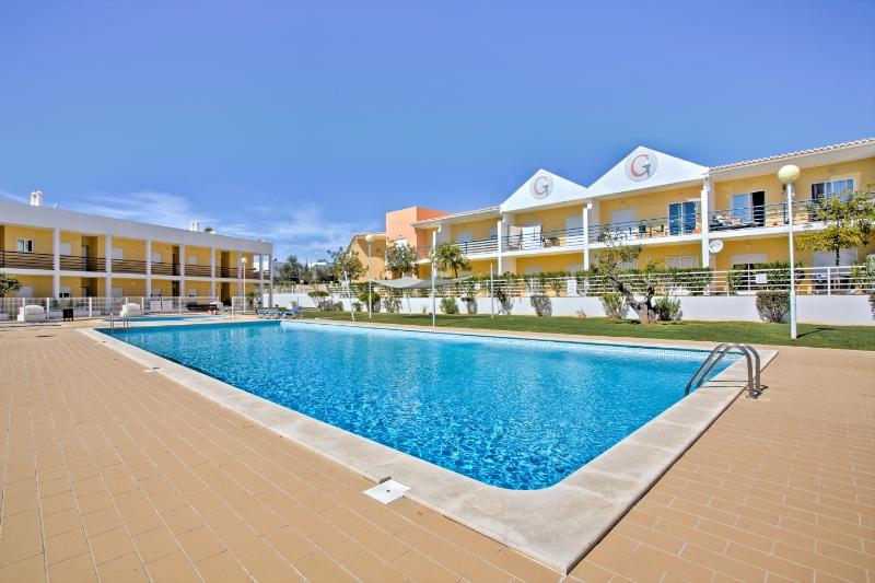 Vibrant Family Apartment in Vale de Parra, Guia, vacation rental in Guia