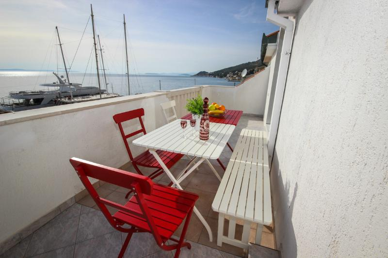 Sunny&cozy apartment on the beach 2, holiday rental in Krilo Jesenice