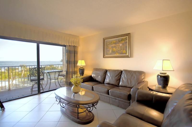 New Direct Oceanfront: Spectacular VIEW & Location!, location de vacances à Cap Canaveral