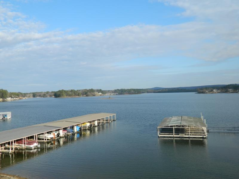 Las vistas preciosas del canal principal del lago Hamilton