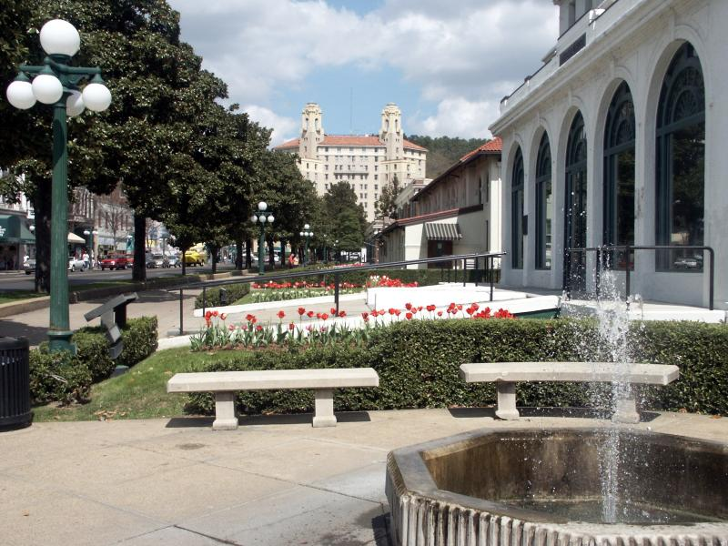 Visitar el mundialmente famoso Baño fila de la casa en el centro de Hot Springs