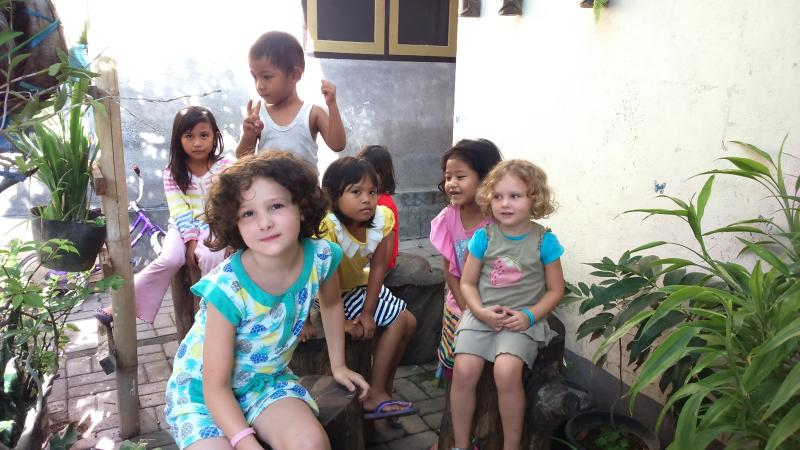 Grupo de jogo dos miúdos com vizinho