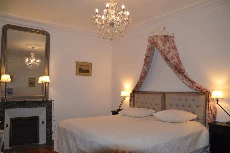 B&B - Chambre d'hôtes de Charme - Chambre Proust, holiday rental in Saint-Nicolas-des-Motets