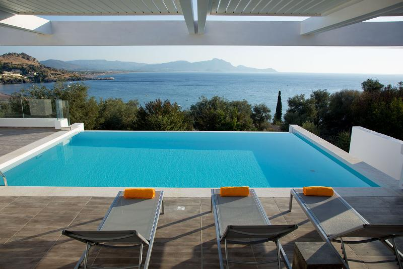 Luxury Sunset 1 villa private pool ideal location, location de vacances à Vlycha
