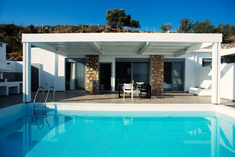 Beautiful villa - private pool and ideal sea view, location de vacances à Vlycha