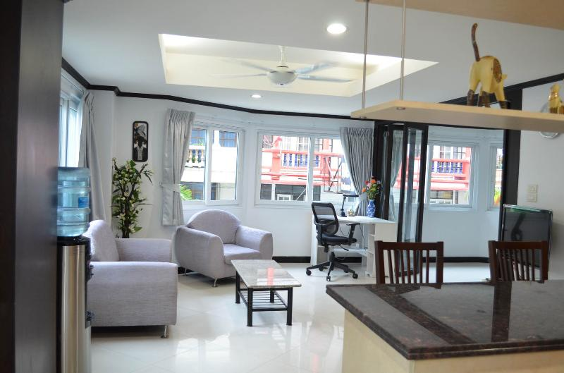 Triple size apartment (255/256) - seeview-Jomtien, vacation rental in Pattaya